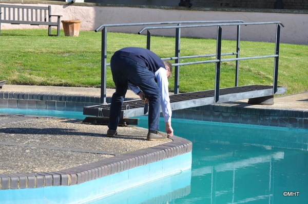 26_-_The_Guvnor_weeding_the_pool